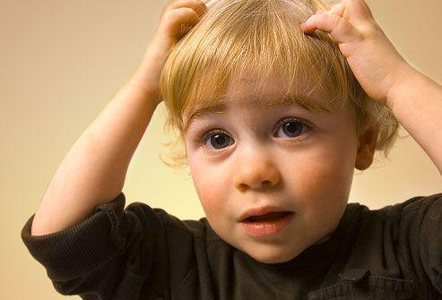 Ребёнок чешет голову