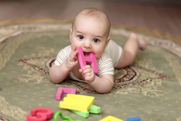 Ребёнок кусает игрушку