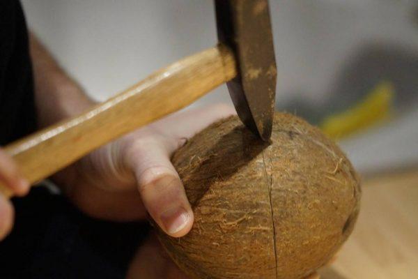 Раскалывание кокоса