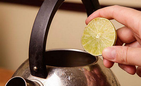 Лимон на фоне чайника