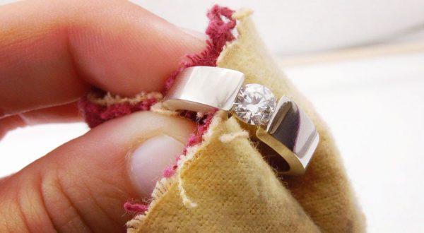 Серебряное кольцо в руке