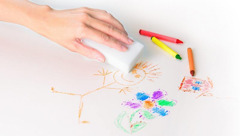 Меламиновой губкой стирают рисунок с маркерной доски