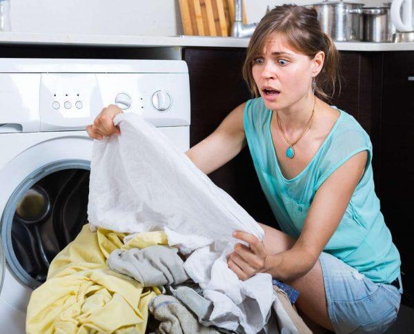 Девушка расстроена испорченными после стирки вещами