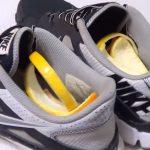 Пара кроссовок с цедрой лимона внутри