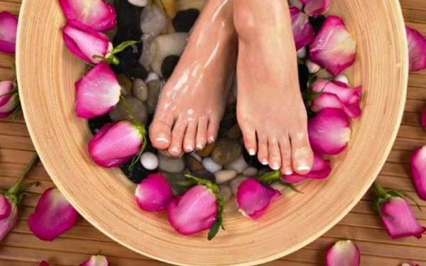 Ванночка для ног с лепестками роз