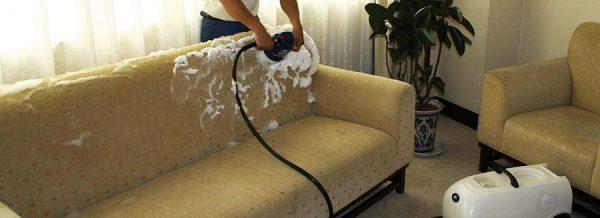 Чистка моющим пылесосом со специальной щёткой-насадкой