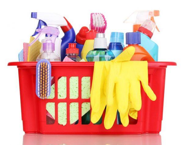 Чистящие средства в пластиковой корзинке