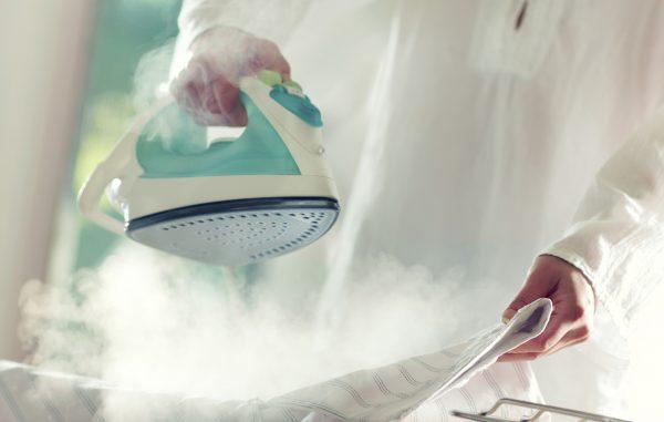 Отпаривание одежды утюгом