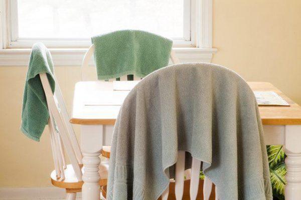 Развешанные на спинках стульев полотенца