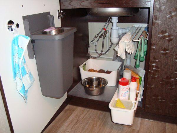 Хранение на кухне в шкафу под раковиной