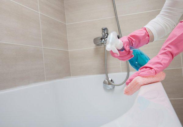 Обработка ванны чистящим средством