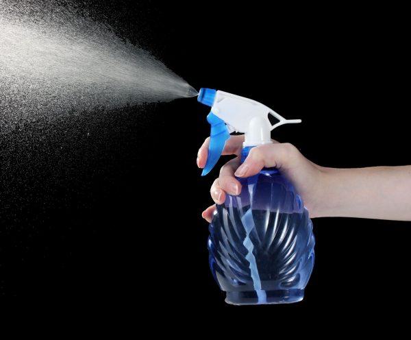 Распыление воды в воздухе с помощью пульверизатора