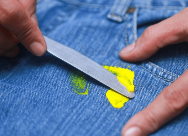 Пятно от масляной краски поддевают ножом