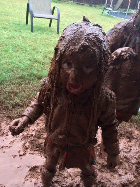 Ребёнок испачкался в грязи
