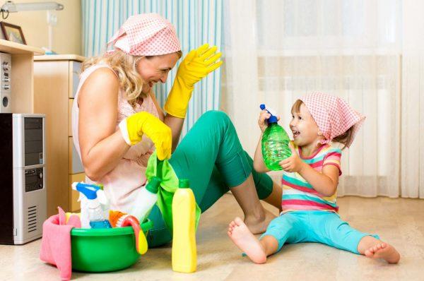Мама с дочкой делают уборку