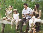 семья ловить рыбу