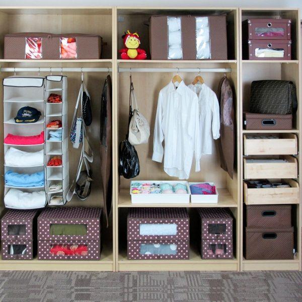 Шкаф с аккуратно разложенными вещами