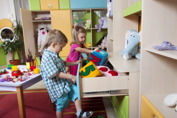 Дети убирают игрушки в ящик