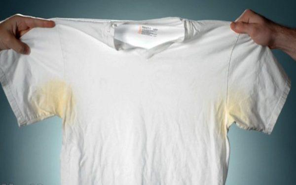 Ядовито-желтые пятна на футболке