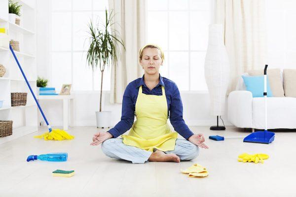 Женщина медитирует перед уборкой