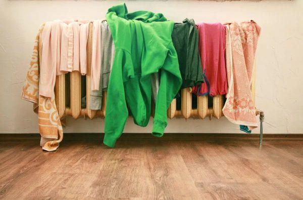 Одежда сушится на батарее