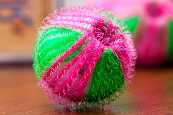 Полипропиленовый шарик на столе