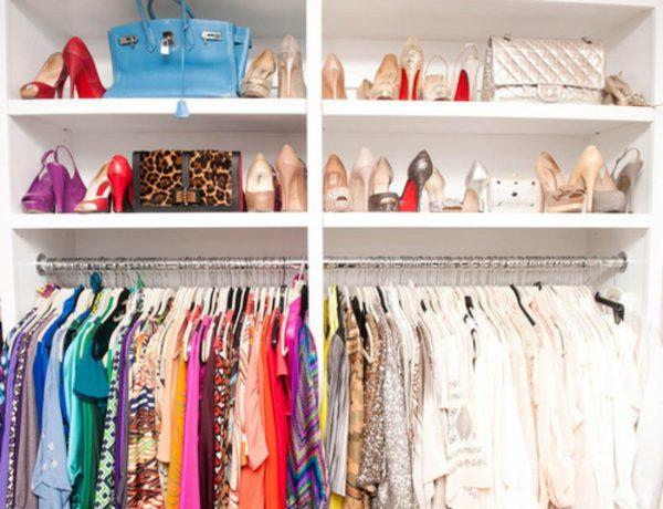 В шкафу летняя одежда и обувь