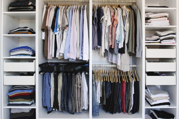 Хранение рубашек и брюк в шкафу