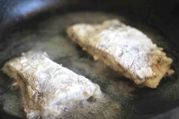 Камбала в сковороде