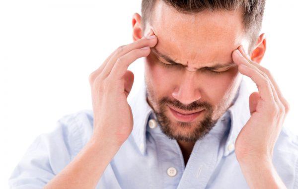 Мужчина испытывает головную боль