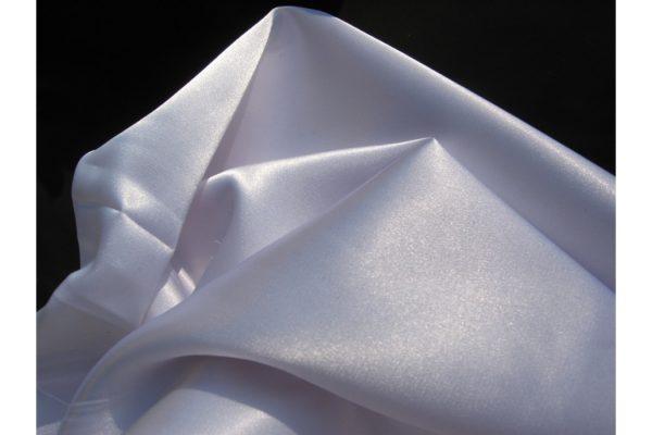 Белая синтетическая ткань