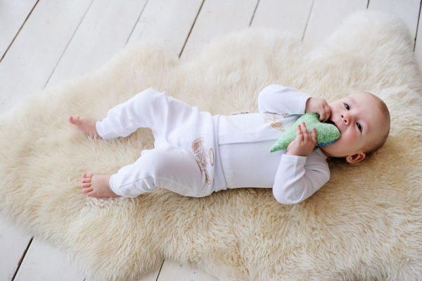 Ребёнок в белой одежде