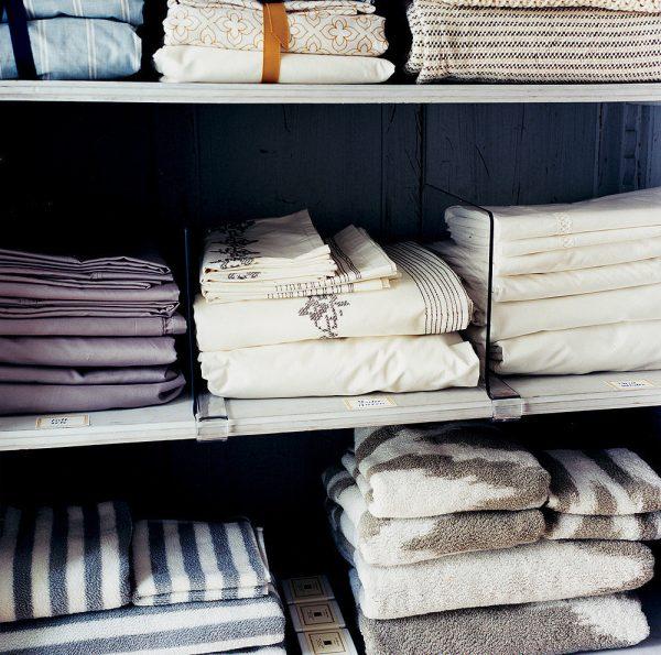 Полки для постельного в шкафу
