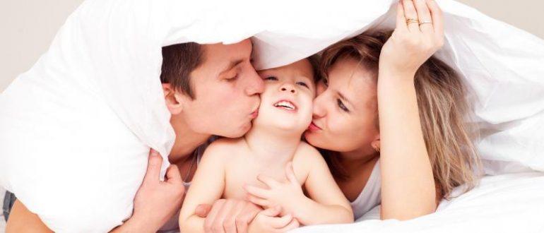 Семья в постели
