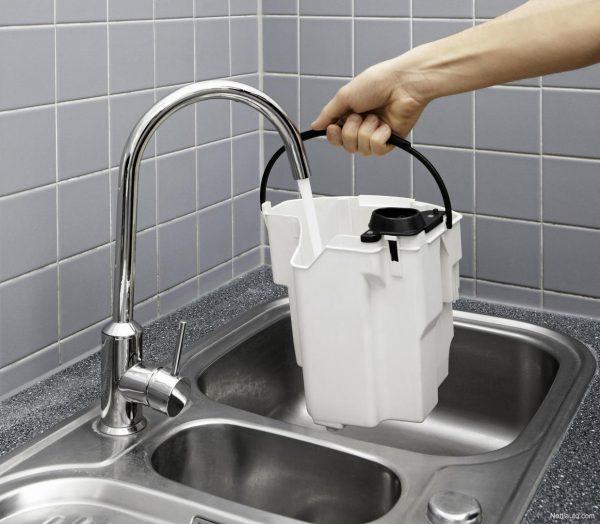 В резервуар для моющего пылесоса набирают воду