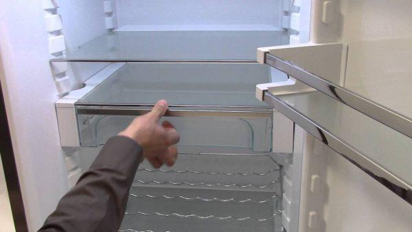 Снять полки холодильника