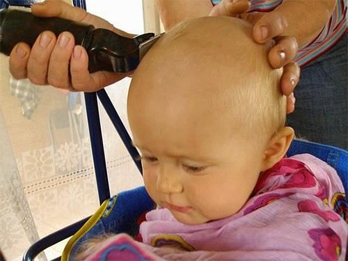 Ребёнка бреют наголо