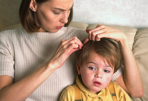 Мама осматривает голову мальчика