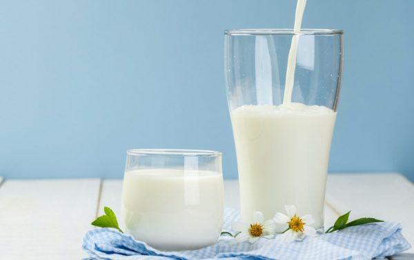Молоко в стаканах
