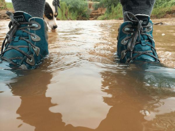 Кроссовки в воде