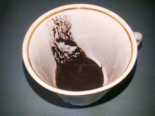 Чашка с кофейной гущей