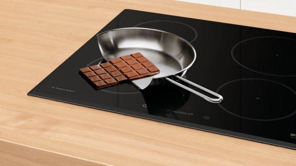 Сковорода и плитка шоколада на панели