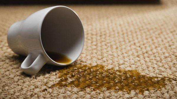 Пятно чая на ковре и кружка