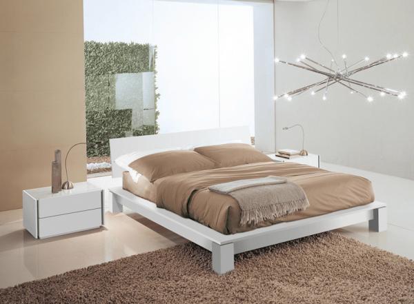 Кровать с широкими ножками