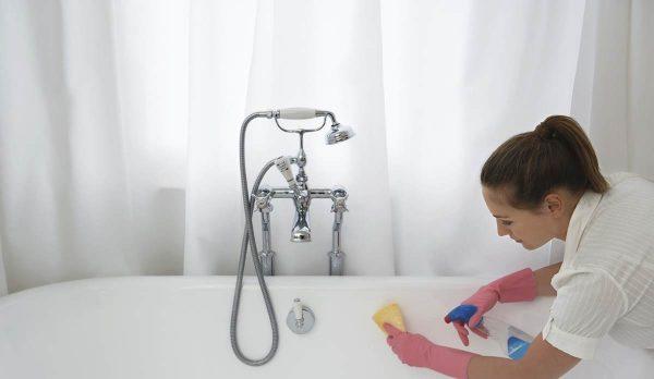 Девушка протирает ванну