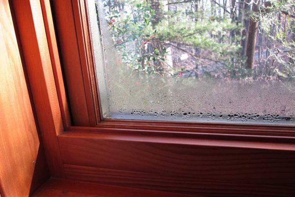 Конденсат на окнах деревянных домов