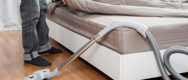 Кровать и пылесос