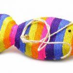Радужная когтеточка-рыбка из цветного сизаля с белым шнурком и бубенцом