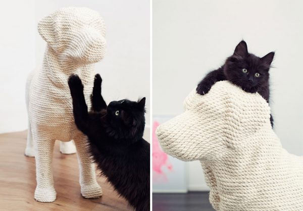 Когтеточка-скульптура собаки-лабрадора с забравшейся на неё чёрной кошкой