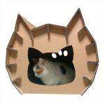 домик из листового картона в форме головы кошки с острыми ушами и таким же входом